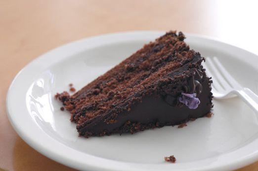 Porción de torta de chocolate con capas