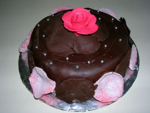 Torta de chocolate decorada con rosas comestibles